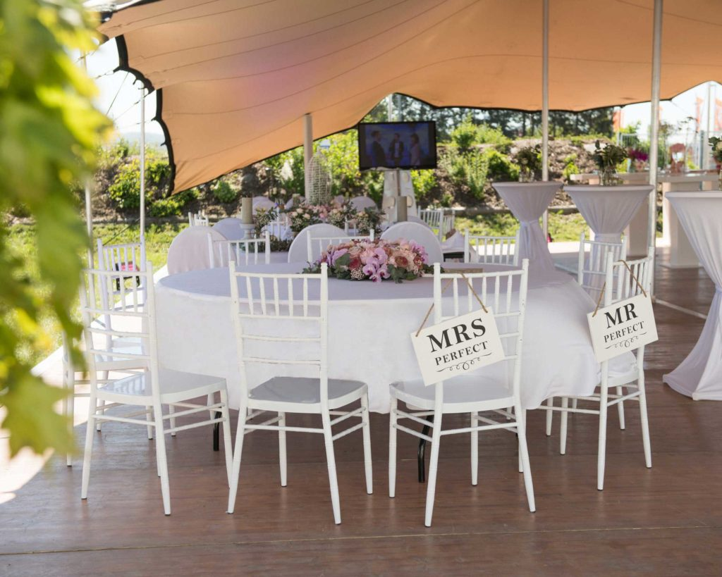 Outdoor Hochzeit mit Flexzelt und Vintage Stuhl Chiavari