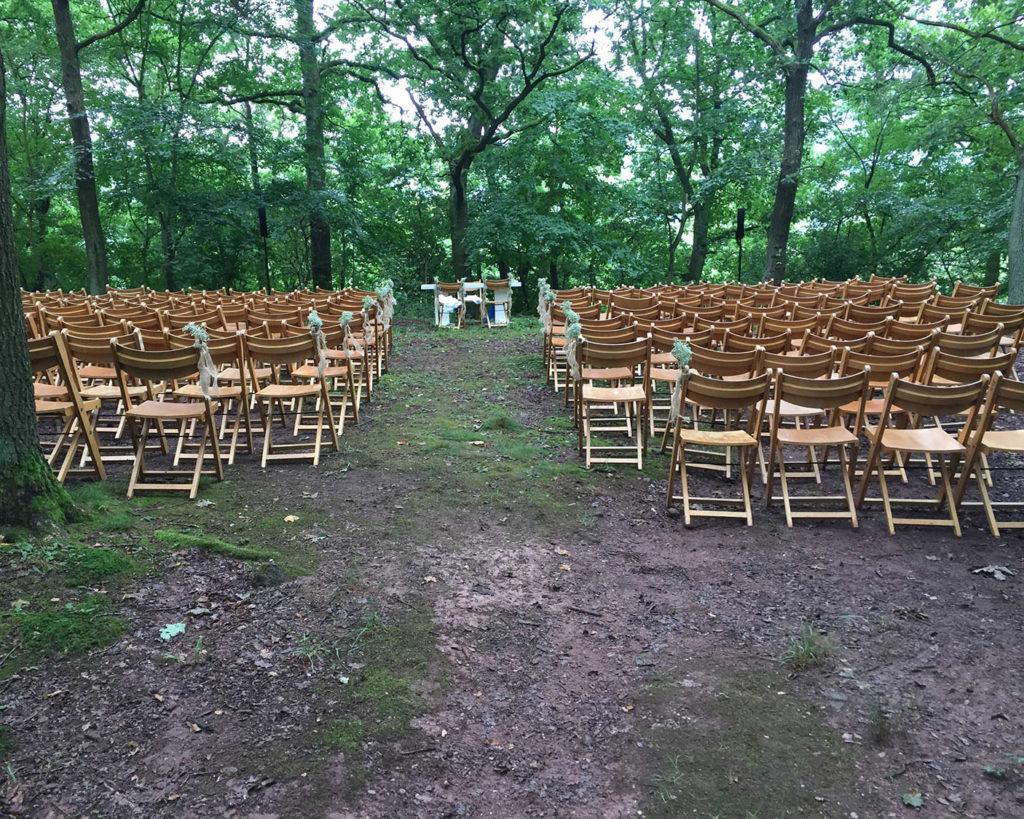 Freie Trauung im Wald mit Holzstuhl
